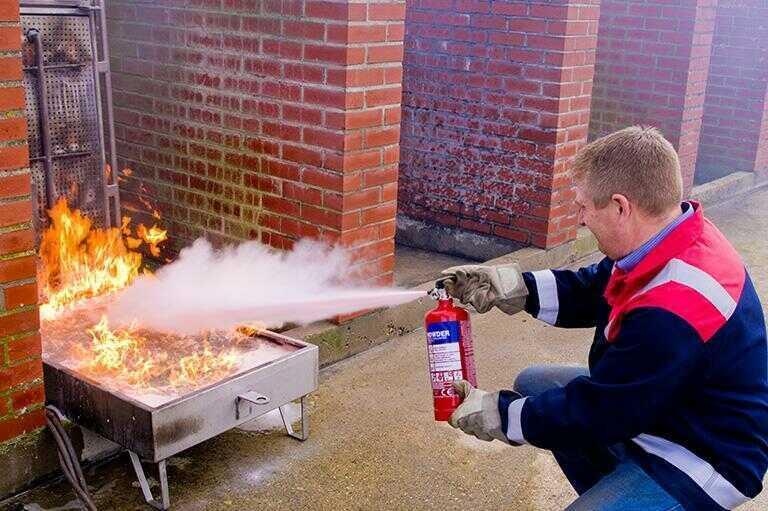 Gaszenia ognia gaśnicą