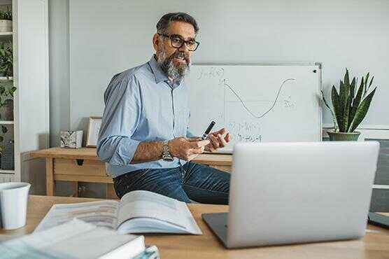 Mężczyzna rozmawiający przez laptopa